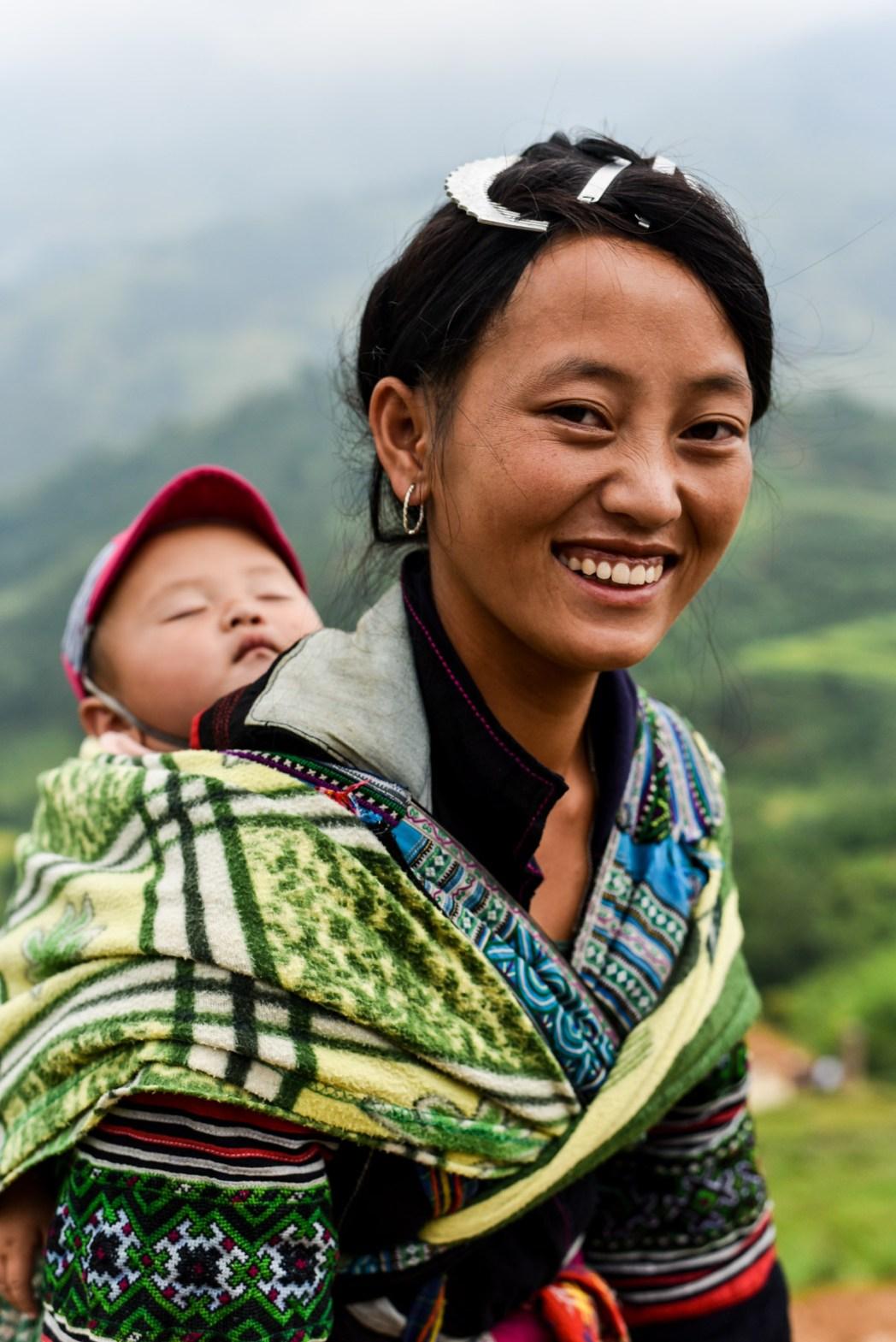 mujer vietnamita con niño foto de bisual studio