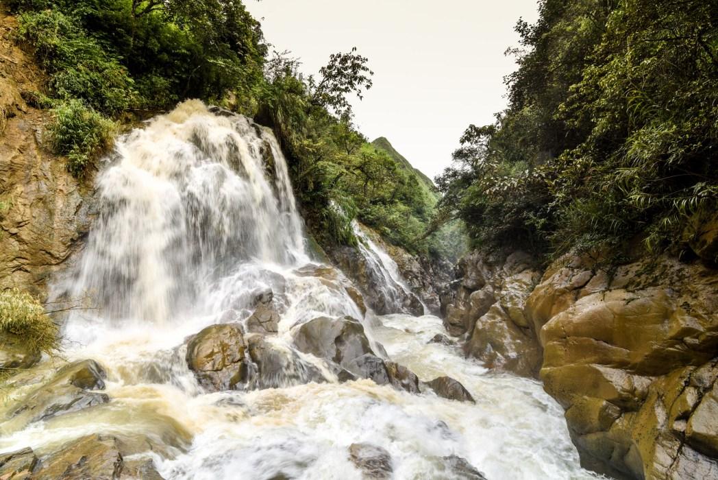 cascadas en vietnam foto de bisual studio
