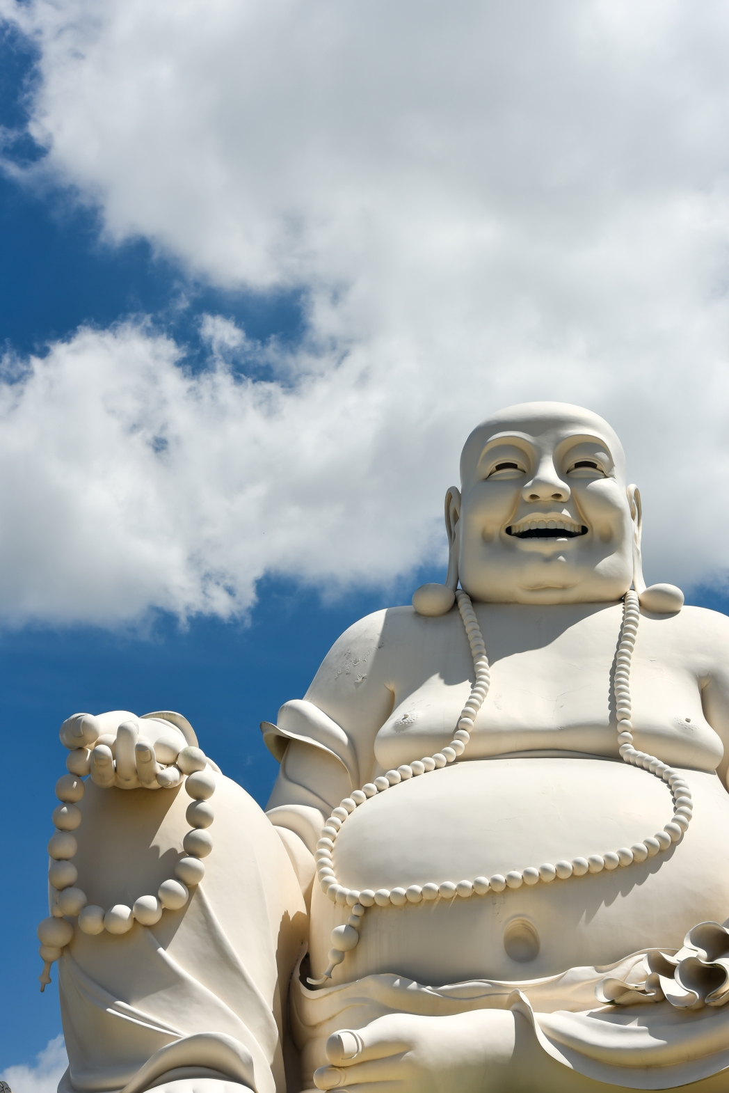 estatua del buda feliz en un templo budista en el delta del mekong