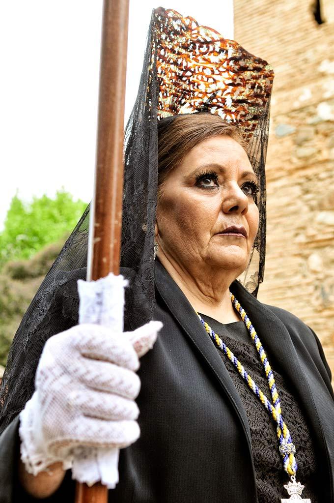 Una madrina con peineta y mantilla, el traje típico en Semana Santa © Bisual Studio