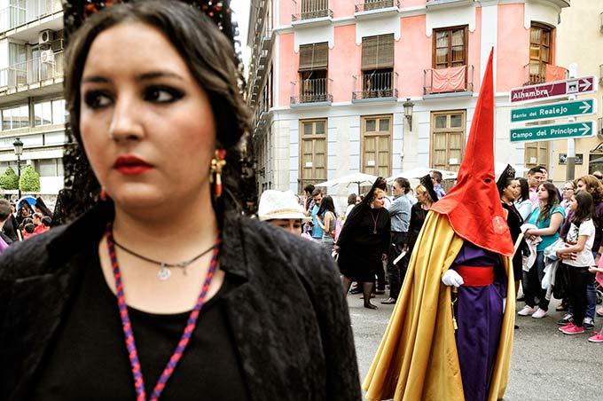 Un nazareno y madrina de la hermandad de los Gitanos © Bisual Studio