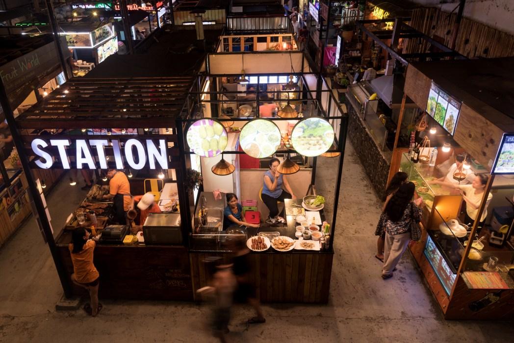 puestos de comida callejera en el mercado de ben tranh en ciudad ho chi minh