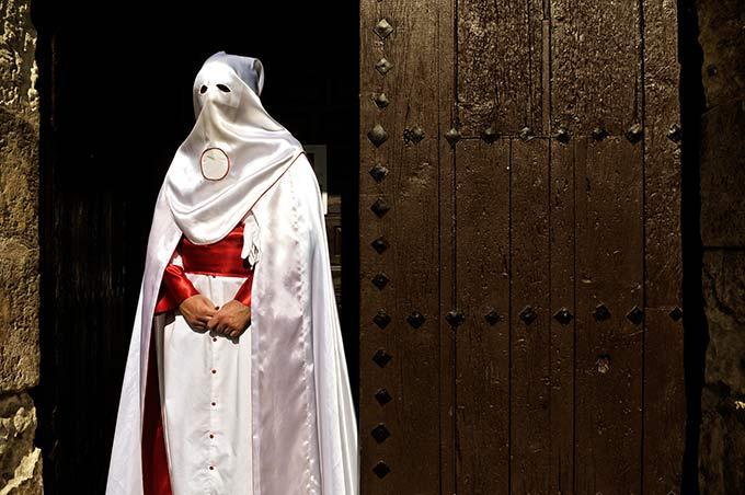 Penitente a las puertas de la Iglesia de San Miguel Bajo © Bisual Studio