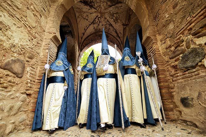 Nazarenos abriendo paso en la procesión de Santa Maria de la Alhambra © Bisual Studio