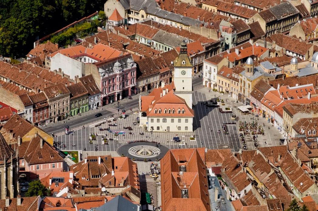 Vista aérea de la ciudad de Brasov en Rumanía