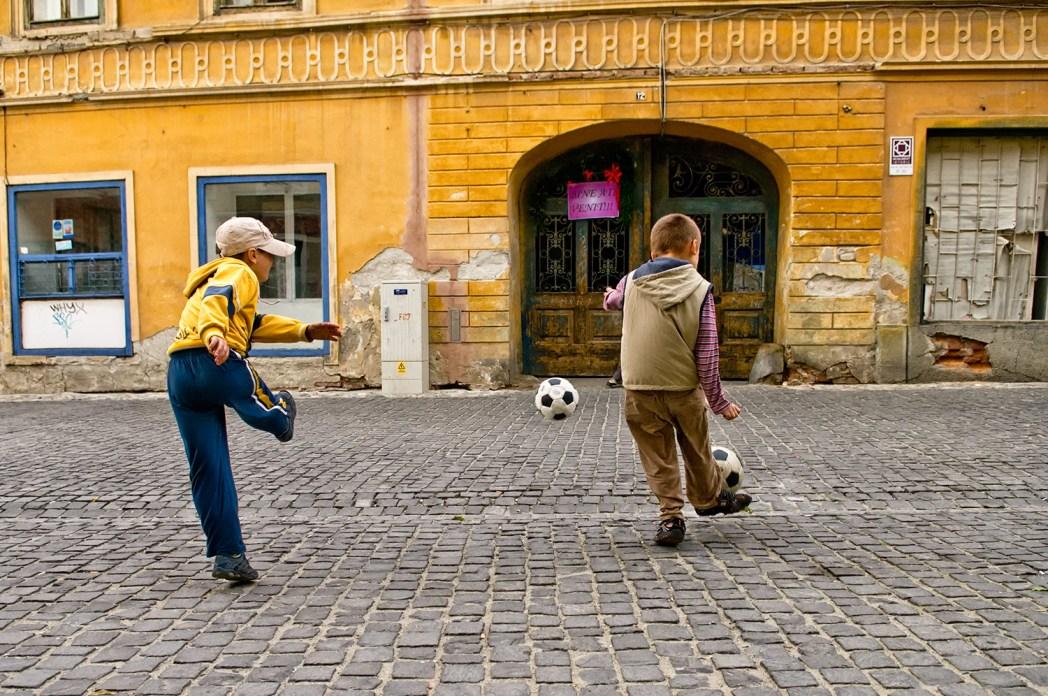 niños jugando en sibiu rumanía