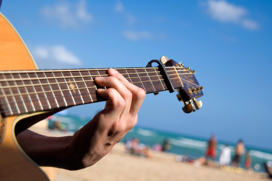 cantante con guitarra