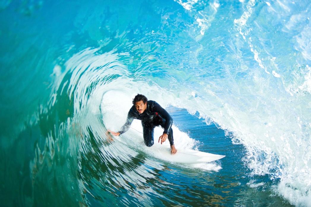 surfero en la playa de kuta