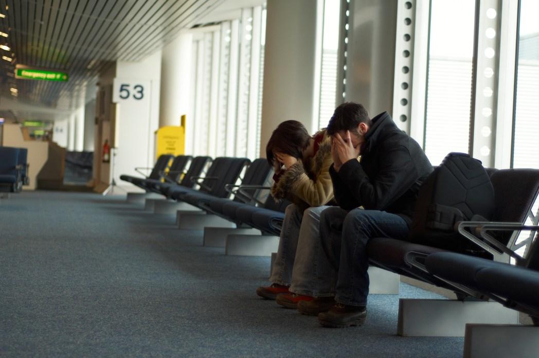 familia durmiendo en aeropuerto
