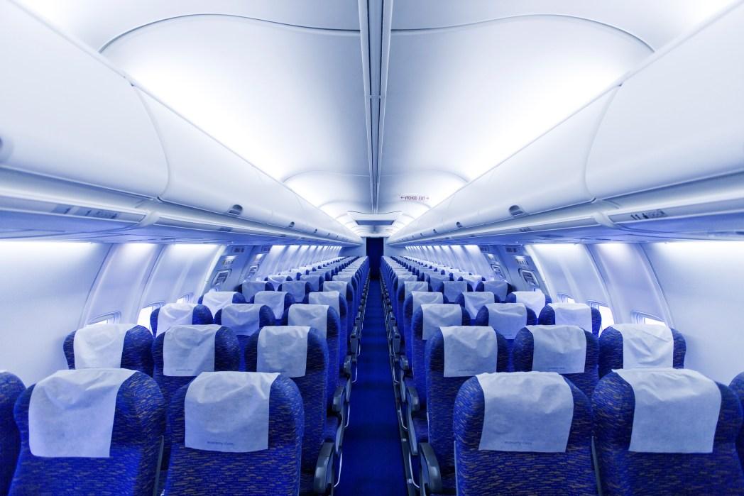 gente con móvil en avión