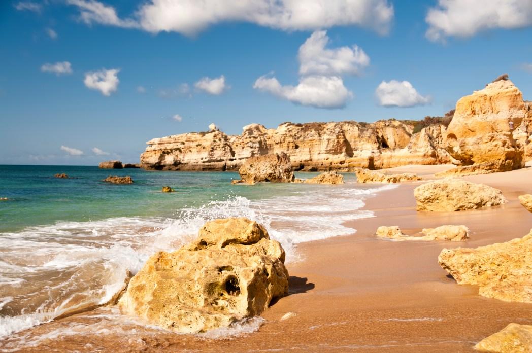 playa de marinha en lagoa en el algarve portugal