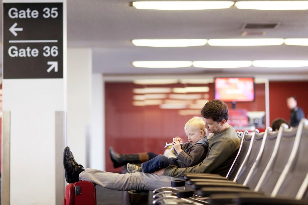 Mujer dormida en el aeropuerto