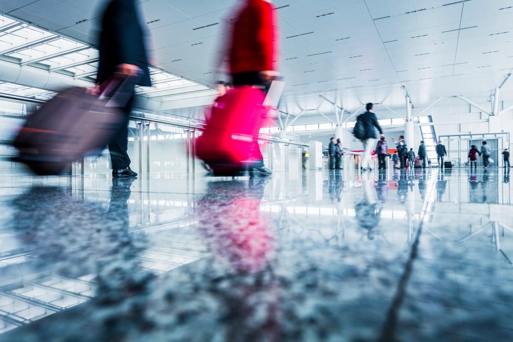 Niños jugando en el aeropuerto