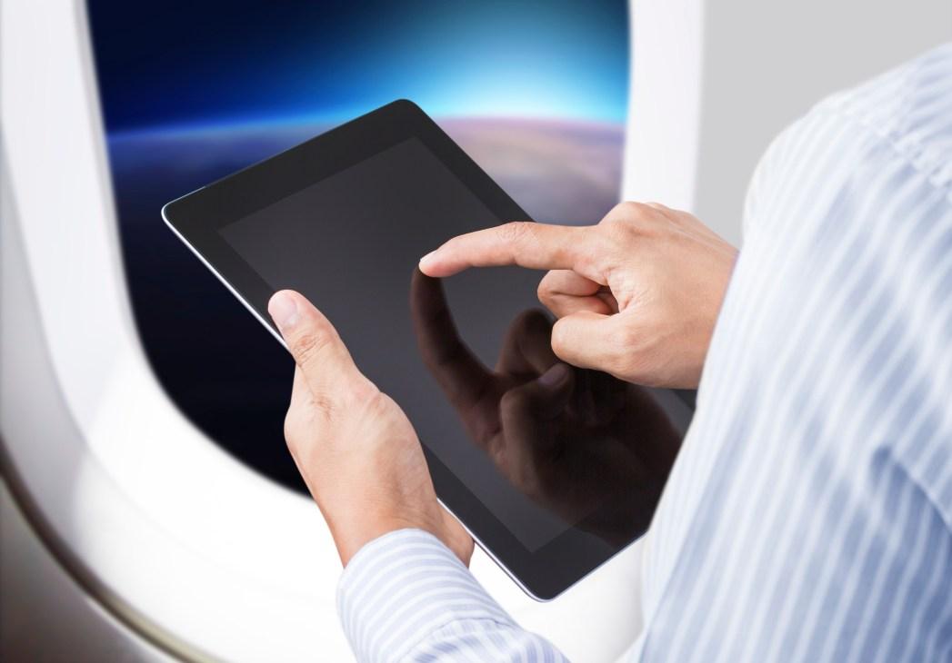 leyendo en avión
