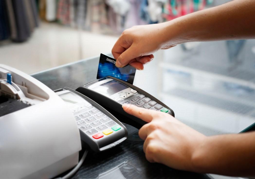 tarjeta de crédito sobre el teclado