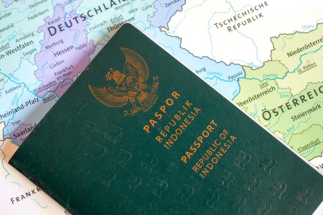 hombre dumiendo en aeropuerto con pasaporte en la mano