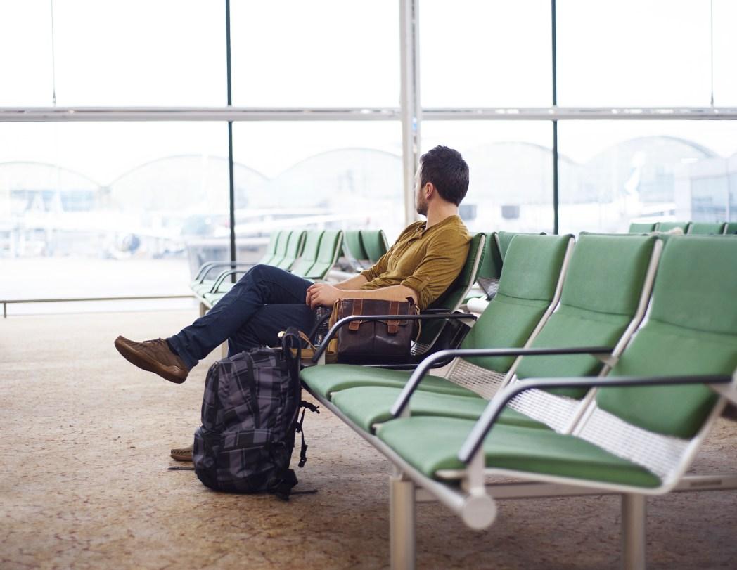 hombre durmiendo en el aeropuerto