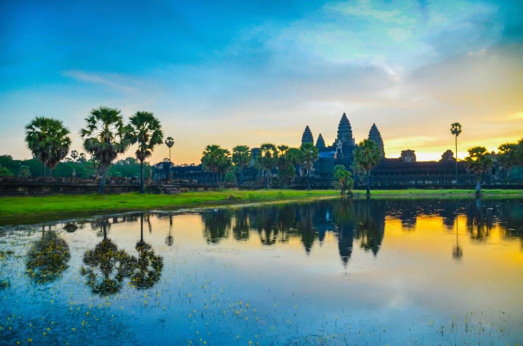 Turistas fotografiándose frente a Angkor Wat © Bisual Studio