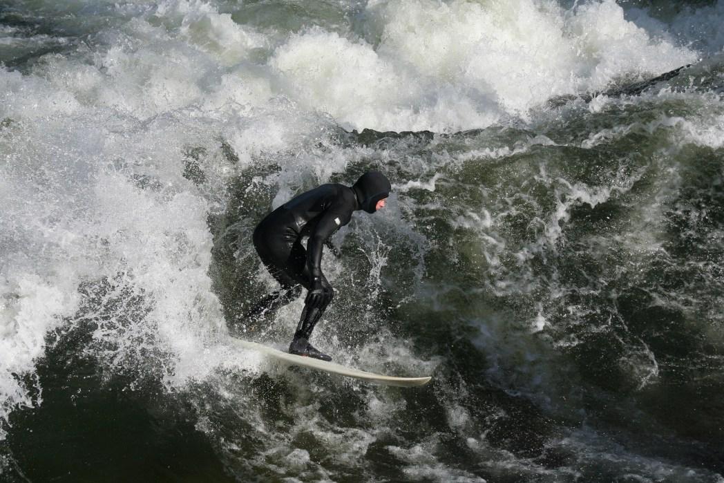 surf en la ola del eisbach en munich