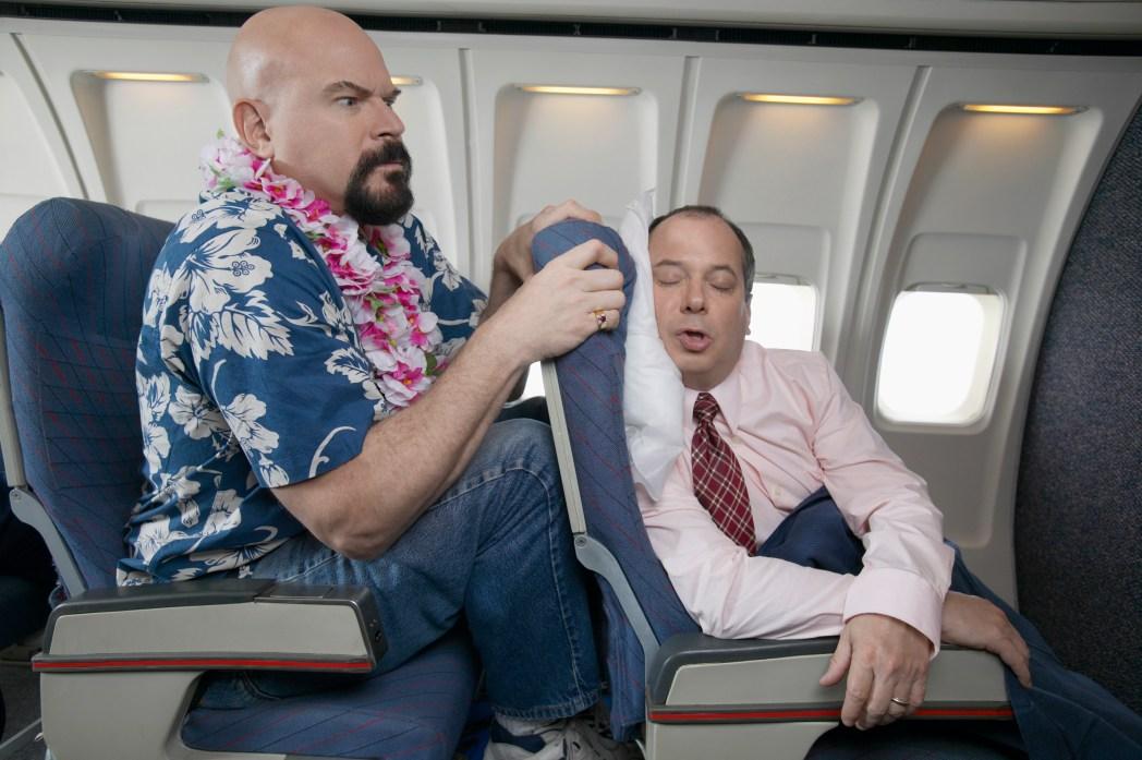 hombre calvo que no cabe en asiento