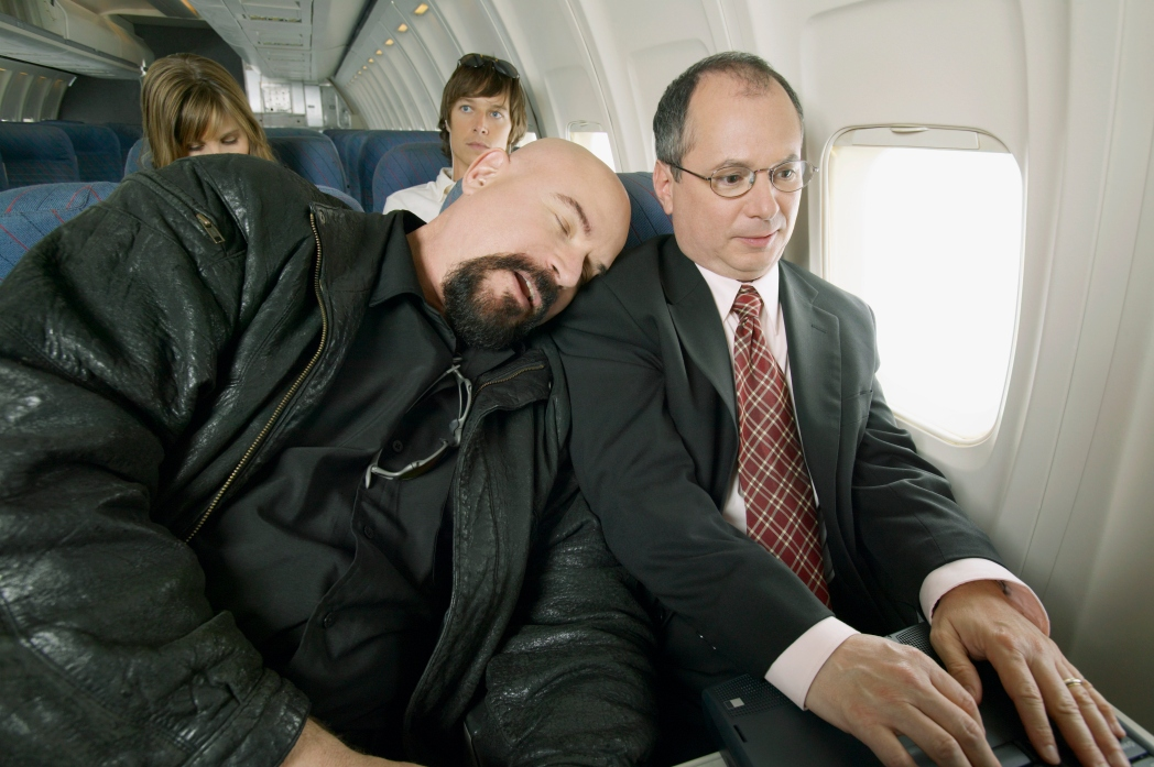 durmiendo apoyado en avión
