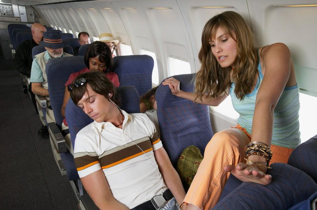 chica saltando por encima de chico en avión