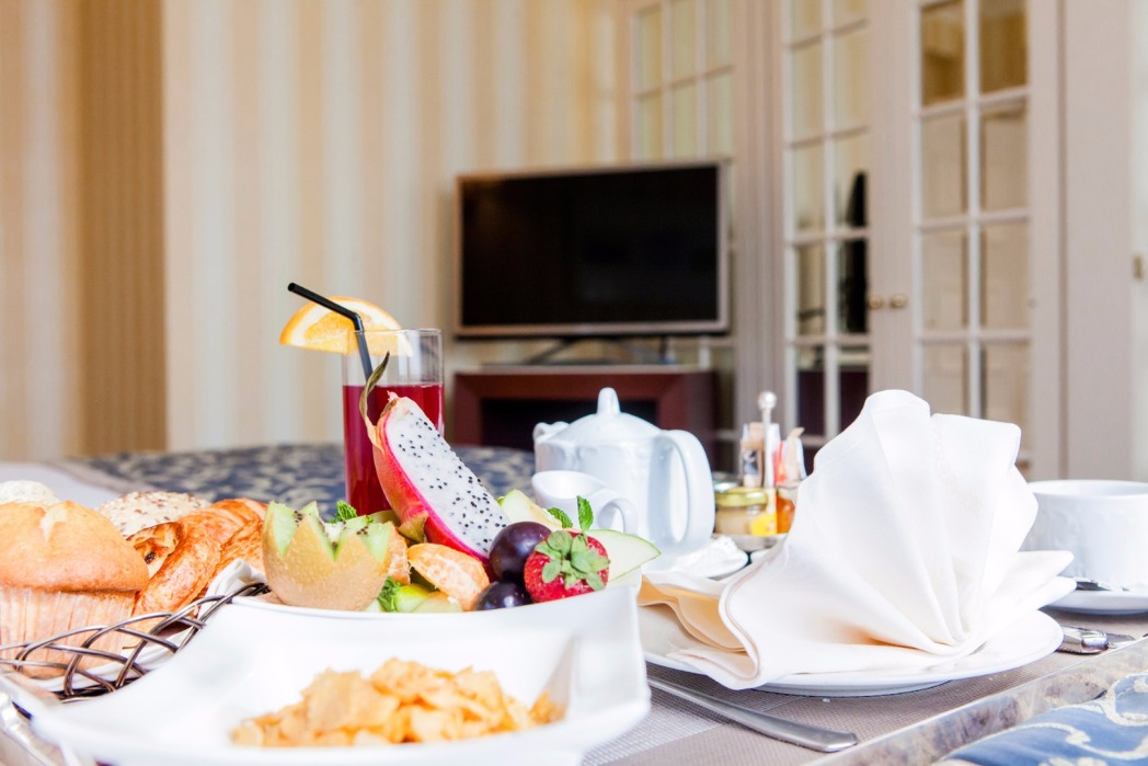 desayuno en la cama en el hotel le chatelain de bruselas