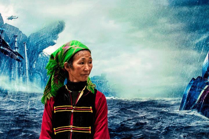 Anciana naxi delante de un cartel de una película de ciencia ficción