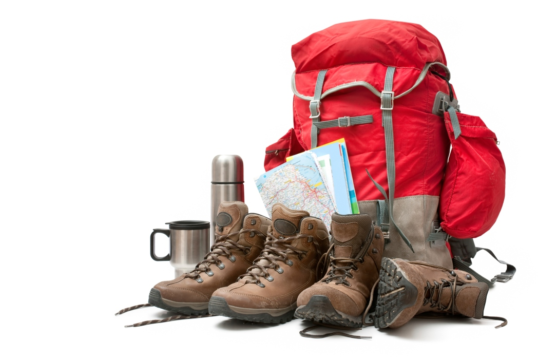 mochila y equipo de senderismo