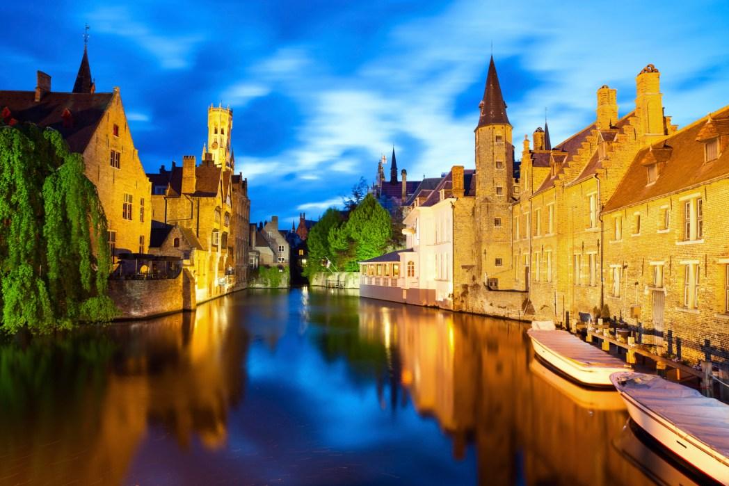 centro histórico de brujas por la noche con canal