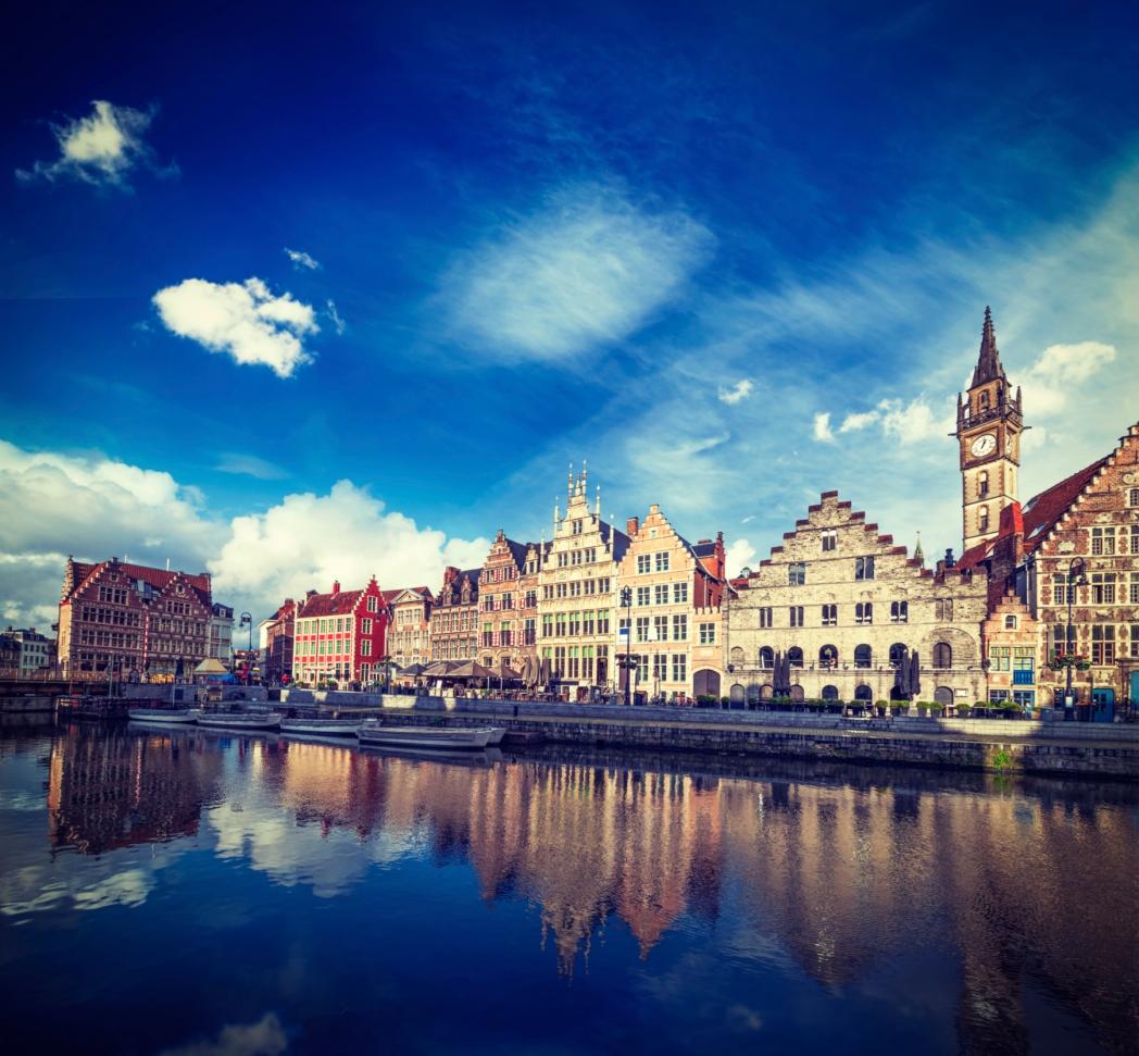 canal y calle graslei en Gante