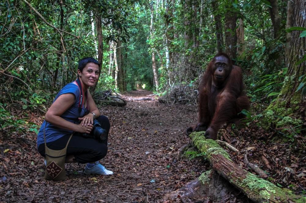 con un orangután en borneo foto de Viajeros Callejeros