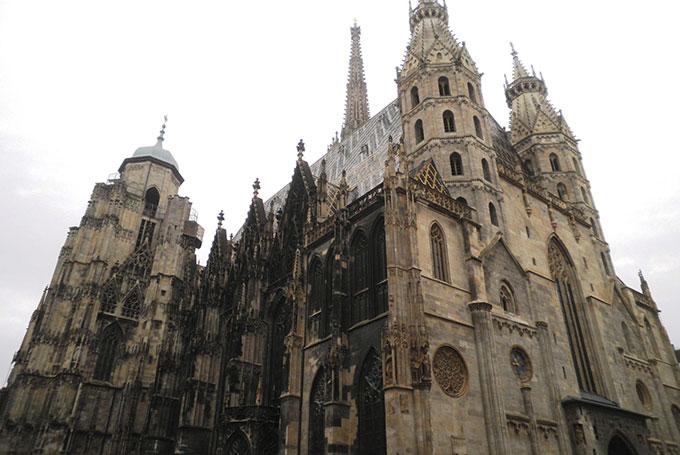 La increíble fachada de la Catedral de San Esteban parece salida de una novela gótica.