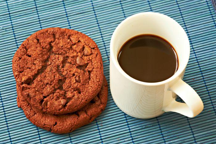 café solo con galletas