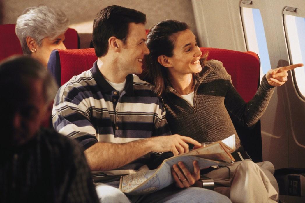hombre y mujer en un vuelo