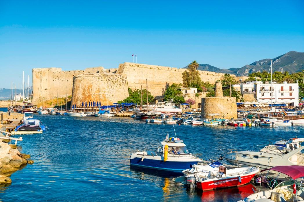 puerto de kyrenia y castillo medieval en chipre
