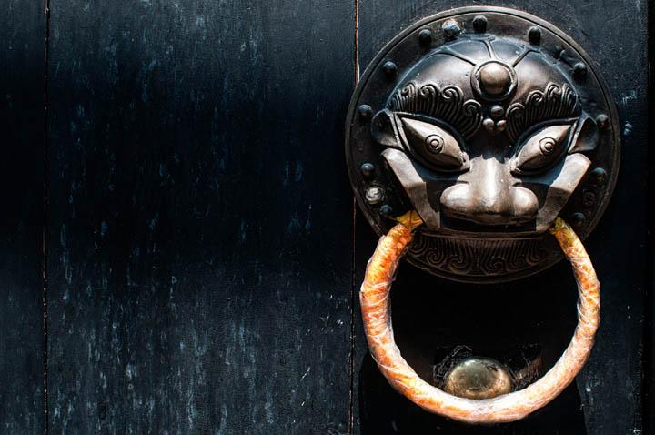 Detalle de una puerta china en Weishan