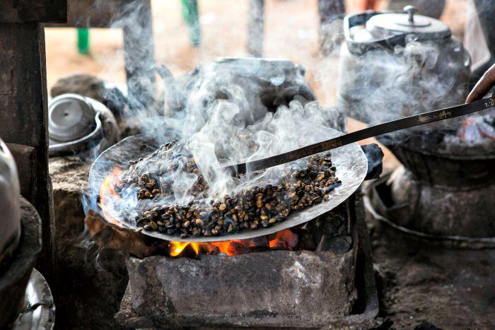 tostando café en Etiopía