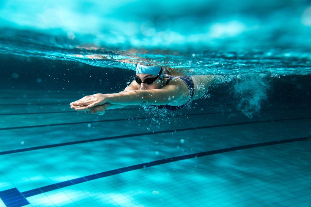 nadadora piscina
