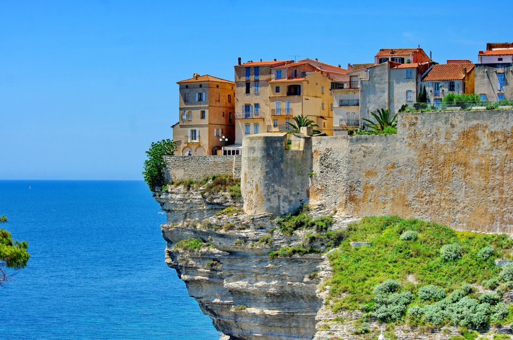 Los acantilados más espectaculares del planeta  France-corsica-corse-houses-on-top-of-cliff-bonifacio-gettyimages