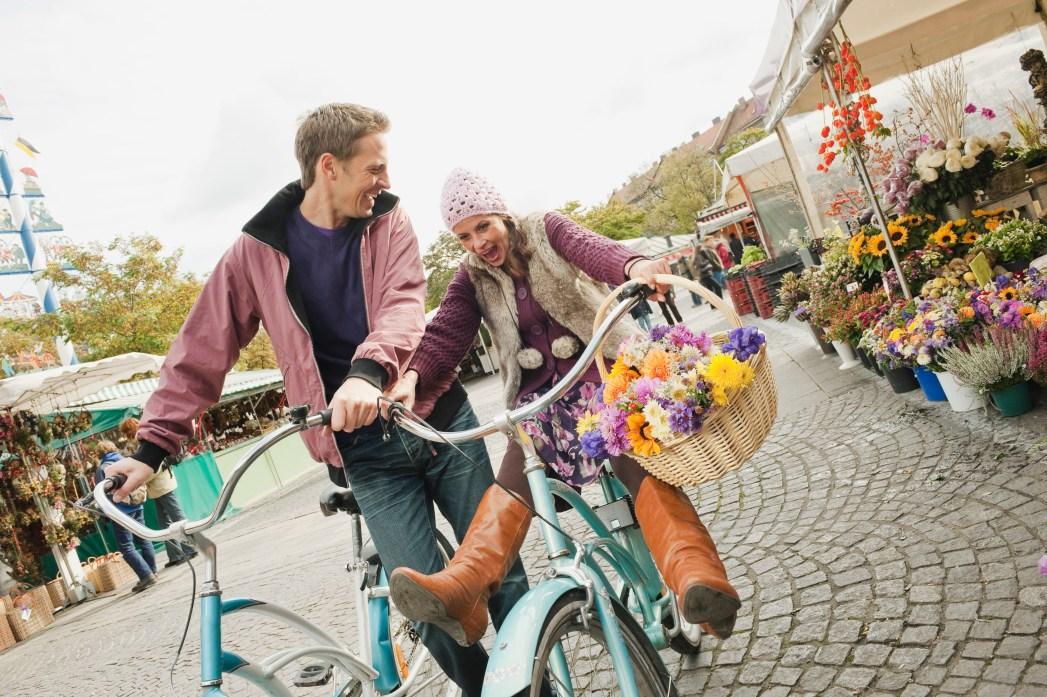 pareja en bicicleta en múnich