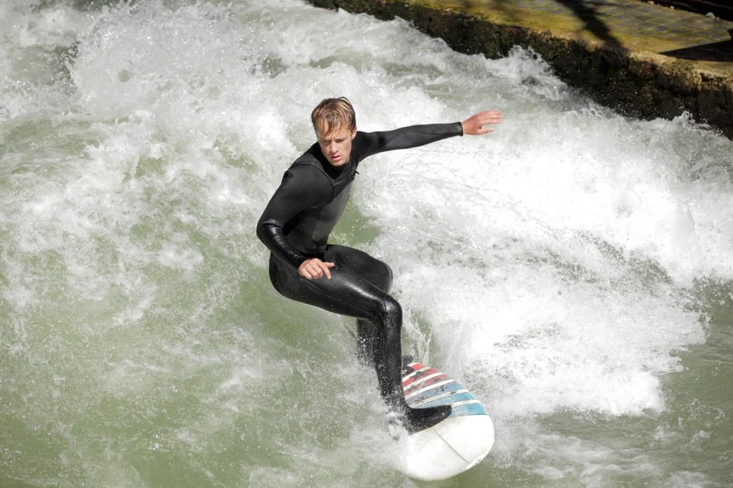 surfero en el río eisbach en munich