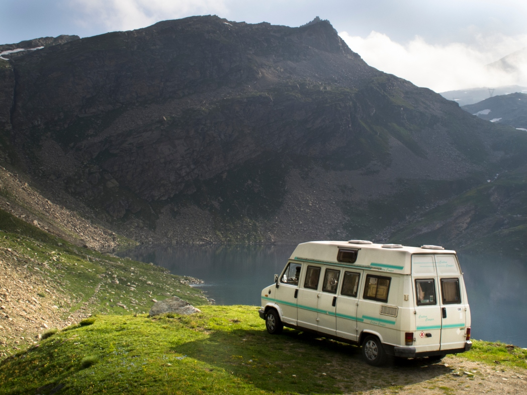 autocaravana en los alpes de italia