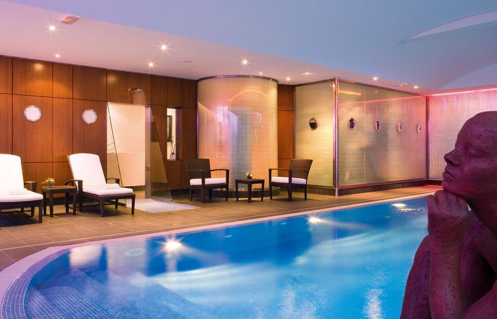 piscina del Hotel Mercure Paris CDG Airport & Convention en París