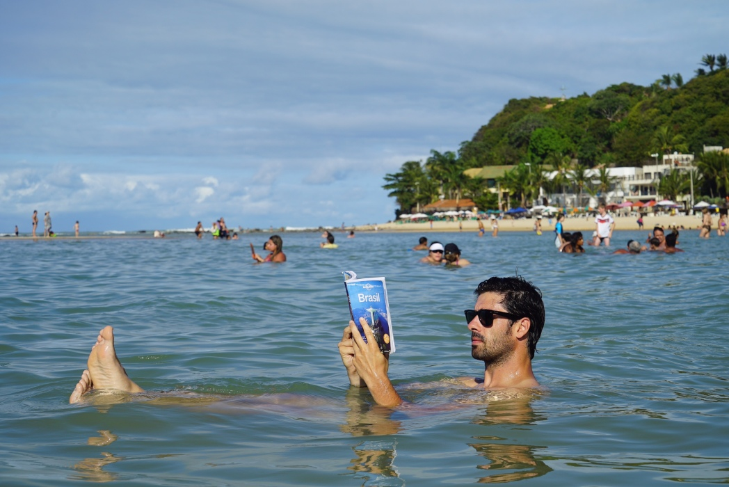 alberto de mochileros tv en la playa de pipa en brasil