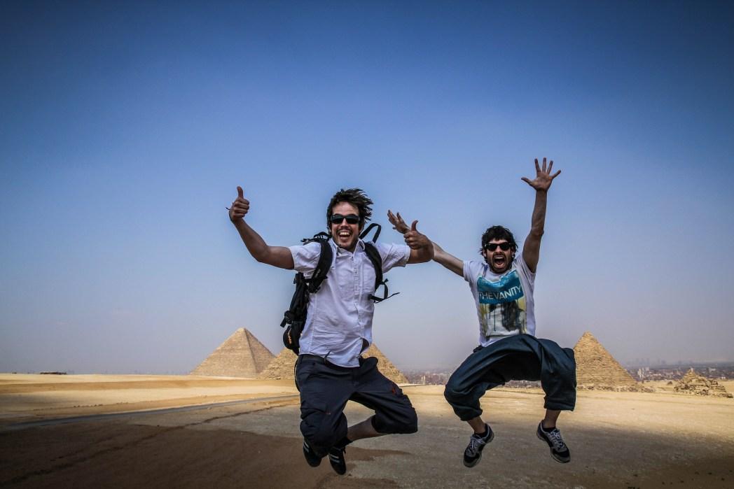 iosu y alberto de mochileros tv en las pirámides de giza en egipto