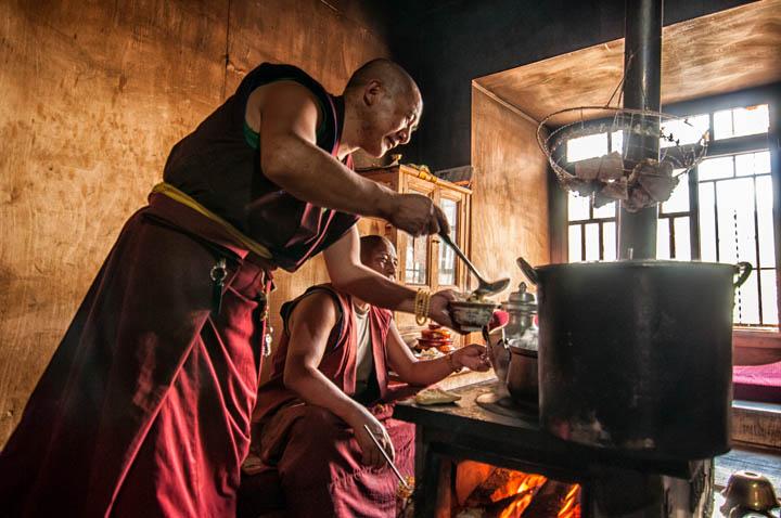 Monjes tibetanos cocinando en el monasterio