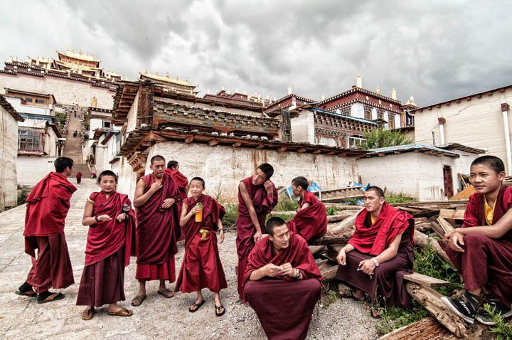 Monjes tibetanos en los alrededores del monasterio Ganden Sumsetling