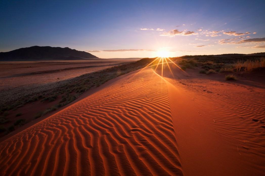 Atardecer en la reserva de namibrad en namibia