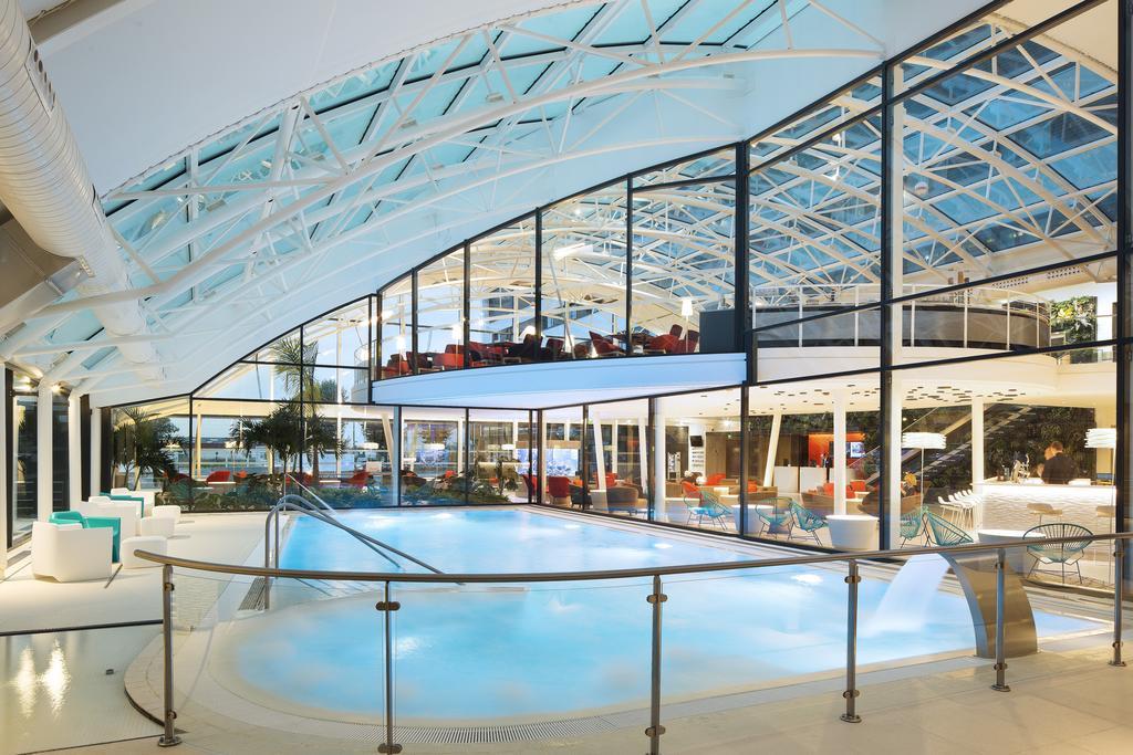 piscina del hotel Oceania Paris Roissy CDG en París